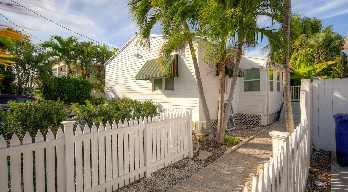 With a total of 4 bedrooms and 2 baths the property is divided into TWO 2BD/1BA units