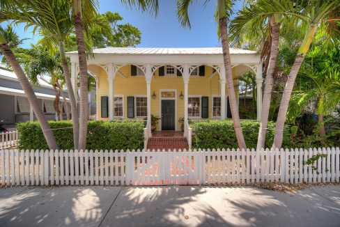 This wonderfully renovated 2BR/2.5BA Eyebrow-style home will absolutely delight you!